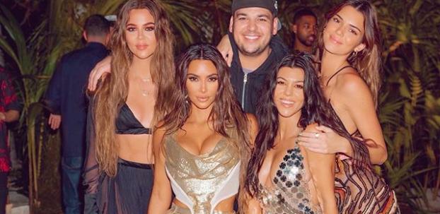 Kim Kardashian'dan bikinili poz